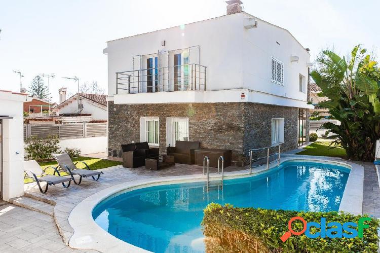 Preciosa casa a cuatro vientos, totalmente reformada y en una de las mejores zonas de castelldefels.