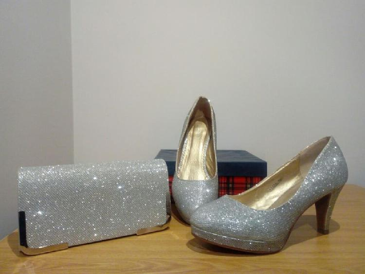 Zapatos y bolso de mano