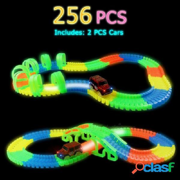 El coche de la ranura del juguete del ensamblaje de las pistas de 256pcs diy fija con la luz del led para los niños