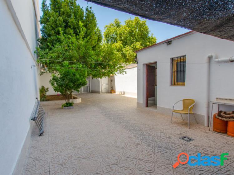 Casa de pueblo de 2 plantas con patio en venta en el centro de denia