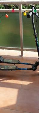 Patinete con forma de v con 3 ruedas