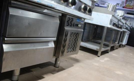 Mesa baja refrigerada con cajones usada