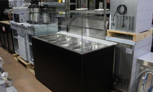 Vitrina expositora refrigerada de ensaladas.