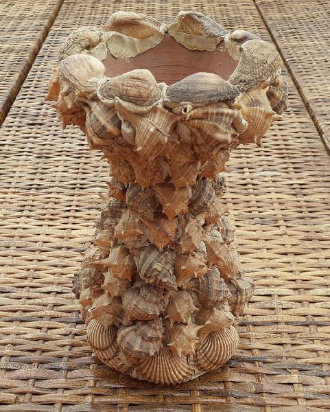 Jarrón decoración cerámica con conchas y caracoles