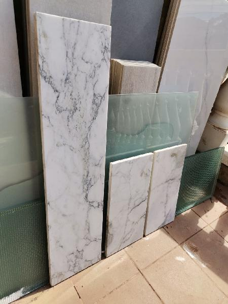Tres piezas de mármol blanco veteado