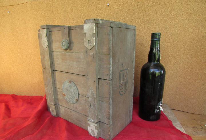Cajón de madera para el cáliz y las vinajeras. año 1788