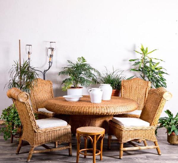 Conjunto de mesa y sillones de mimbre