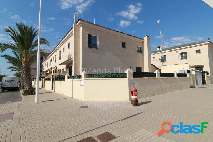¿te gustaría vivir en un maravilloso adosado en urbanización con piscina en zona de campo de futbol?