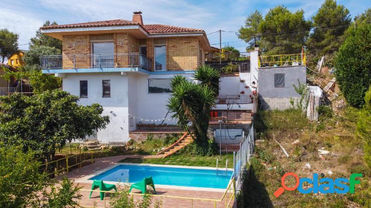 Casa independiente con piscina urbanización california canyelles.