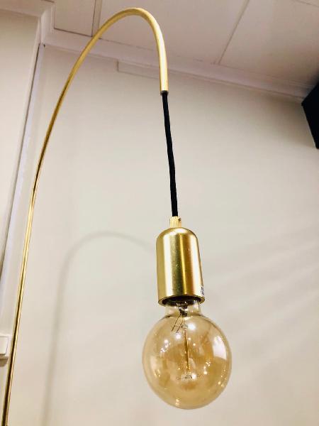 Lámpara de pie, metal dorado (290€)