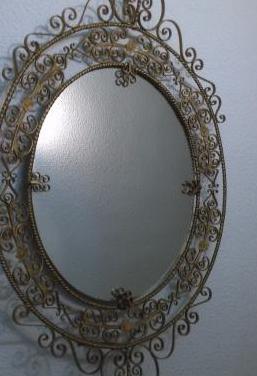 Forja antigua: espejo y aparador