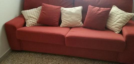 Sofá cama tapizado en rojo