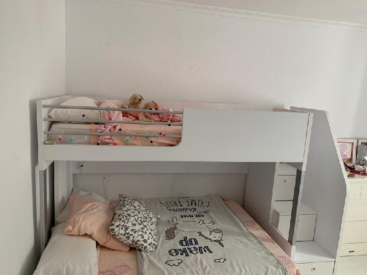 Estructura cama alta blanca con escalera cajones