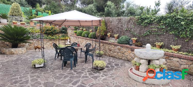 Chalet con piscina y precioso jardín muy bien conservado