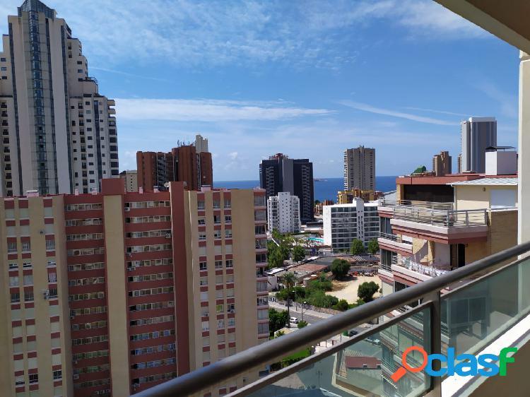 Amplio seminuevo apartamento con terraza grande y garaje subterráneo, cerca de la playa levante.