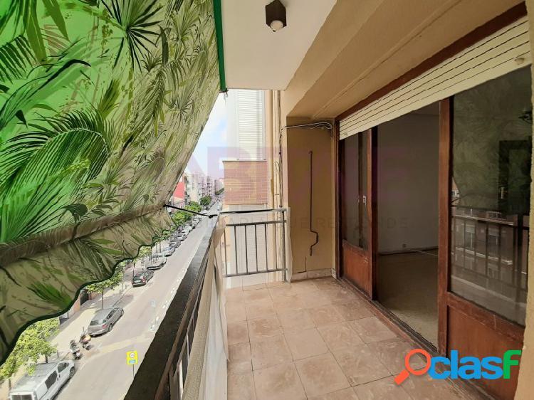 Piso grande en finca con ascensor, un buen balcón, con buena entrada de luz y sol. bien comunicado
