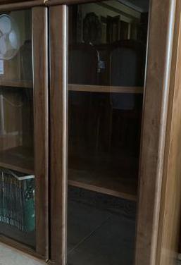 Aparador / libreria nogal puertas cristal