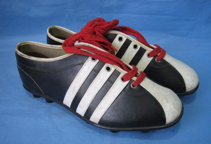 Botas de fútbol antiguas. marca los invasores.fabricadas en