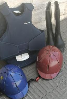 Chaleco botas y casco de hipica