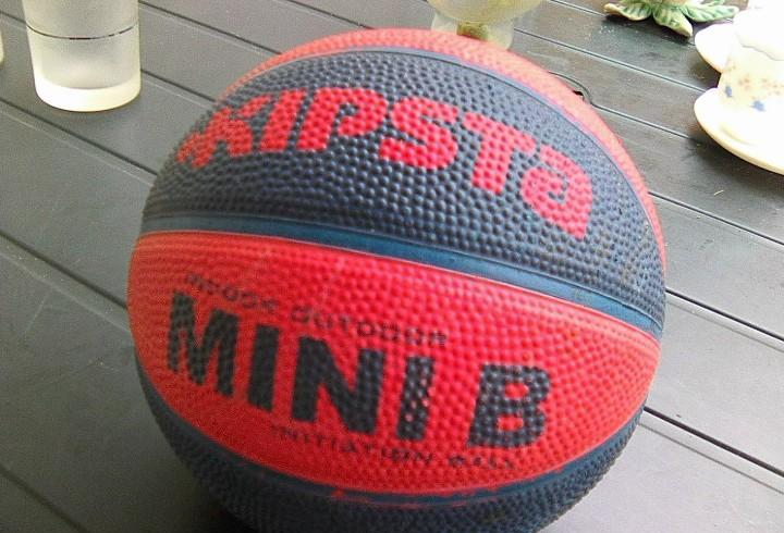 Pelota marca kipsa azul y roja para baloncesto
