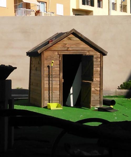 Caseta de madera tratada para exterior.