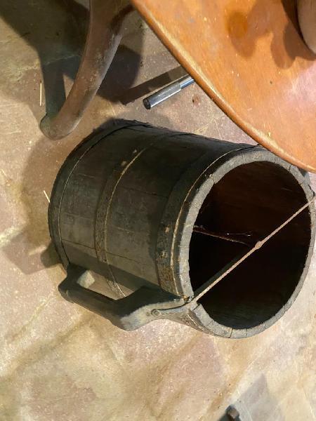 Antiguo.cubo de madera para pesar