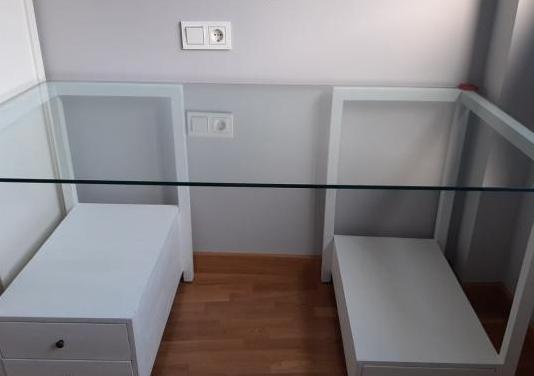 Mesa escritorio de cristal y madera en blanco