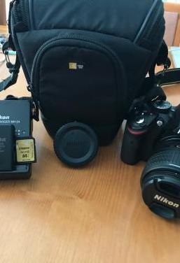 Nikon d3200 con objetivo (18-55mm) y funda