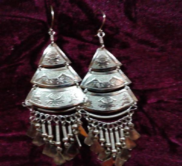 Bonitos pendientes en forma de piramides con simbolos mayas