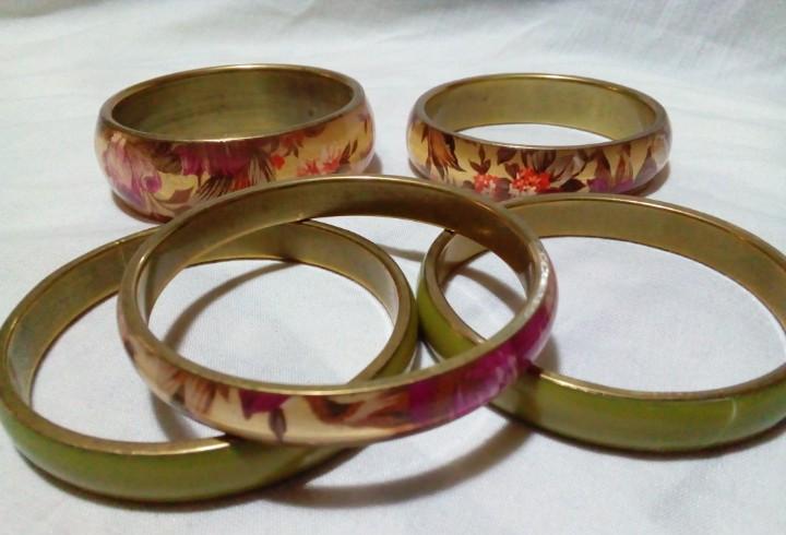 Cinco pulseras con bonitos colores