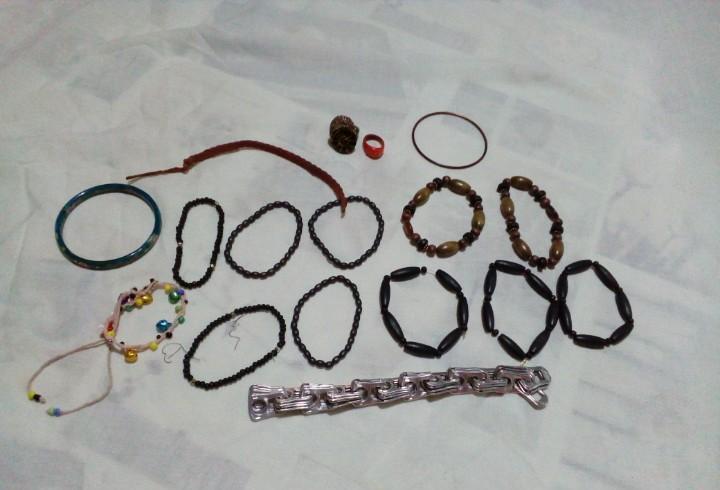 Lote de 15 pulseras y 2 anillos