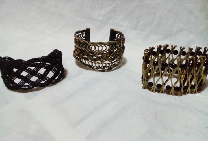 Tres brazaletes metalicos