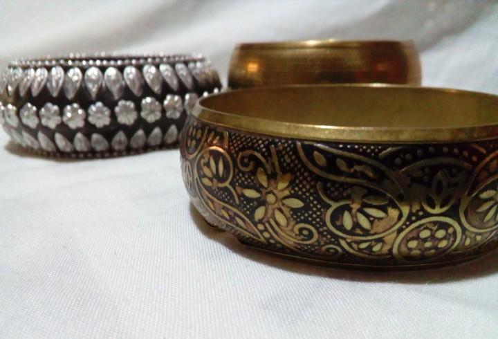 Tres pulseras con bonitos dibujos y adarnos