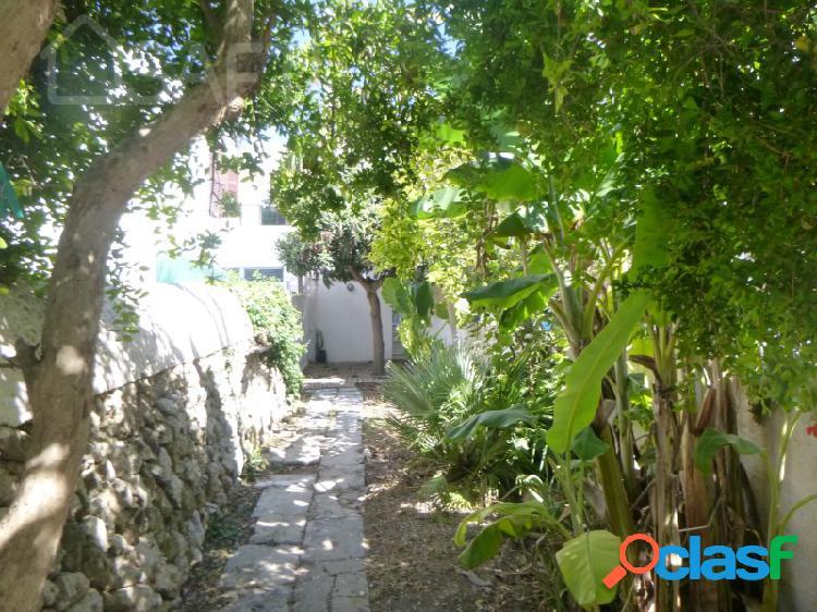 Casa de pueblo con amplio jardin y patio en el centro de alaior, reformada y lista para vivir.