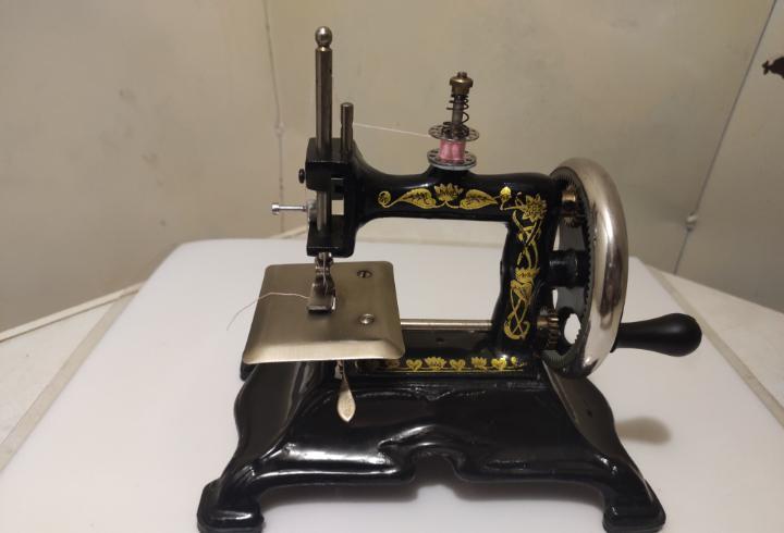 Máquina de coser. Juguete o mini