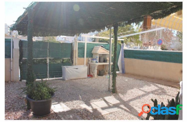 Piso bajo con jardin en esquina y entrada privada para el coche y piscina comunitaria