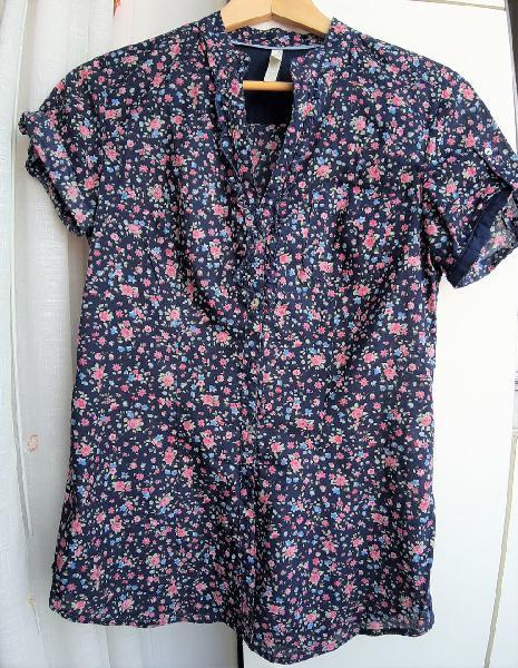 Camisa stradivarius. estampado floral.