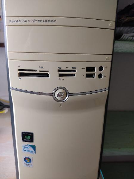 Ordenador sobremesa con pantalla y teclado.