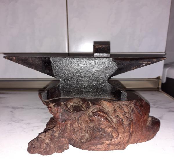 Yunque-tas sobre madera 18 cm.ver fotos.