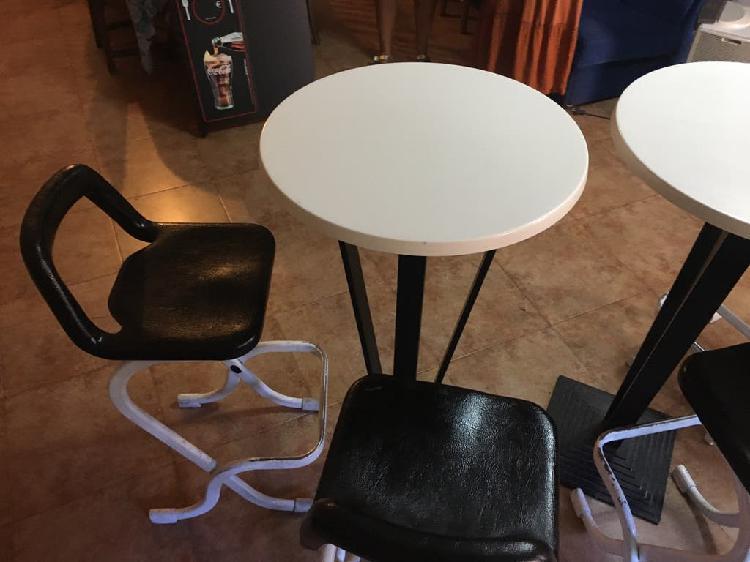 Dos mesas altas y 4 sillas