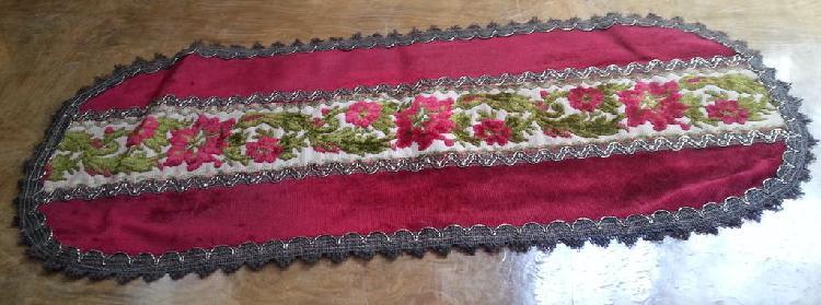 Tapete, mantel. terciopelo rojo y verde. 65*26 cm