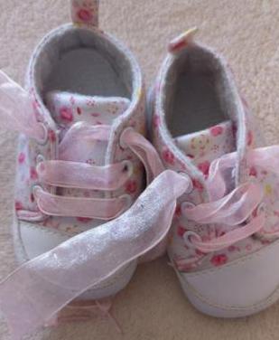 Varios zapatitos para bebé