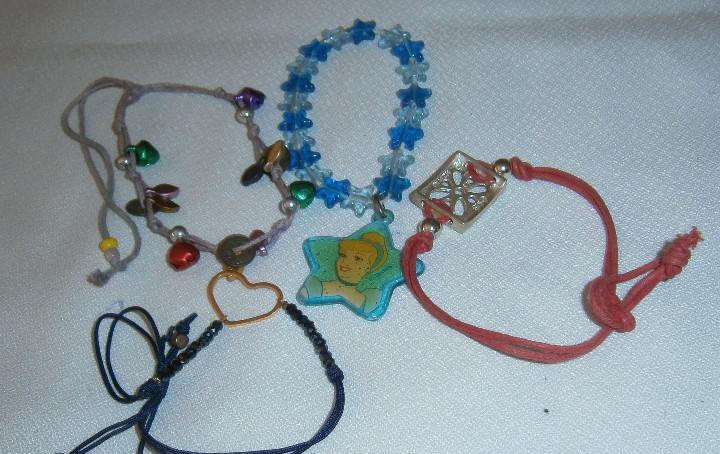 Cuatro pulseras varias una con el colgante de una princesa