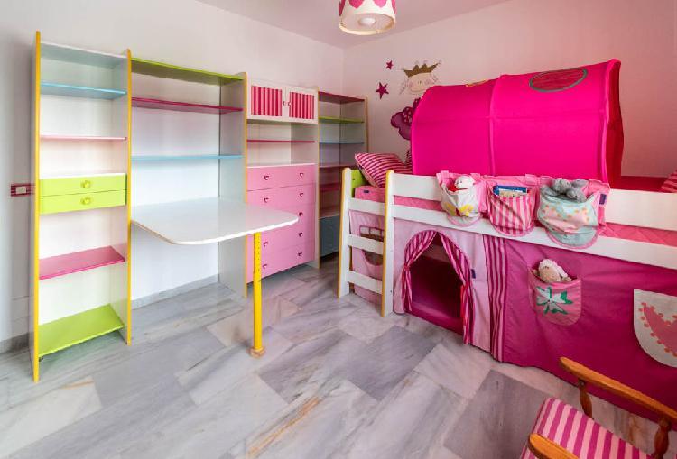 Habitación infantil niña cama y estantería