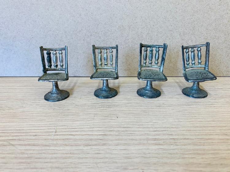 Sillas metálicas pequeñas para decoración