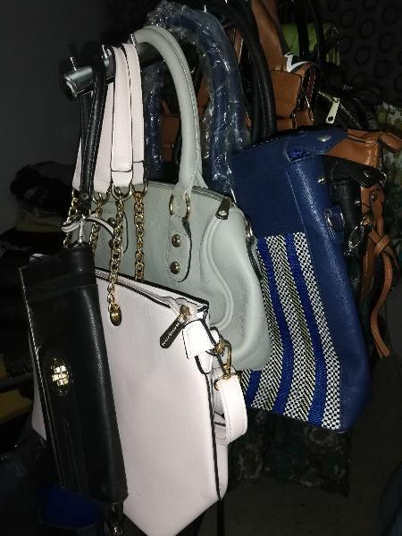 Mucho bolsos deferntes hay nuevos y semi nuevos