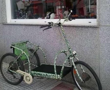 Triciclo andador. no posee pedales ni asiento.con cambios..