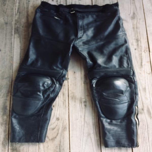 Pantalón moto cuero.