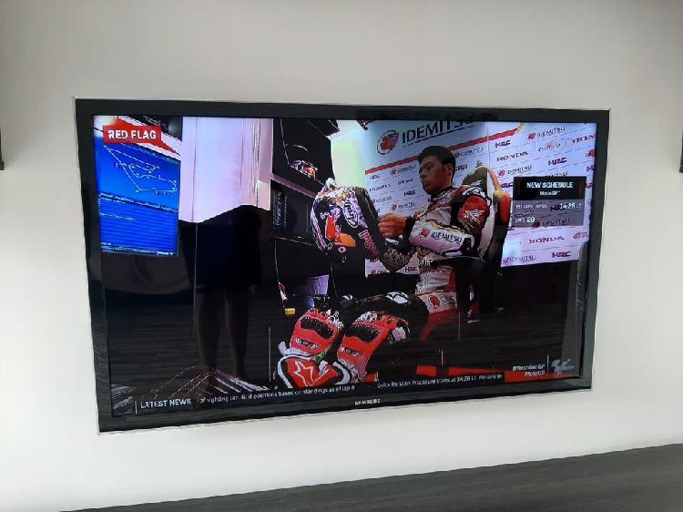 Tv hd tdt más soporte pared tiene una pequeña manc