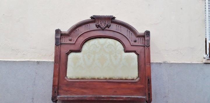 Cabecero antiguo tapizado estilo isabelino 115 cm largo.